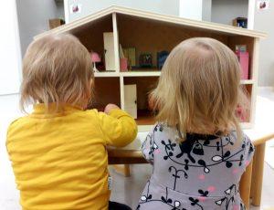 lapset leikkivät nukkekodilla