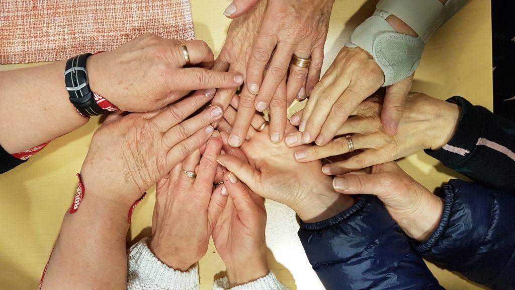 Isosiskot-ryhmän kävijöiden käsiä