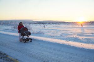 Virpi Labban perhe ulkoilee Karesuvannossa. Virpi työntää Linneaa vaunuissa. Kuva Kaisa Sirén