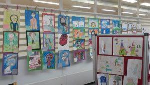 Pasilan kirjastossa on esillä lasten piirroksia isyydestä.