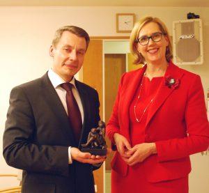 Lapsiasiainvaltuutettu Tuomas Kurttila ja liittohallituksen puheenjohtaja Tuula Haatainen