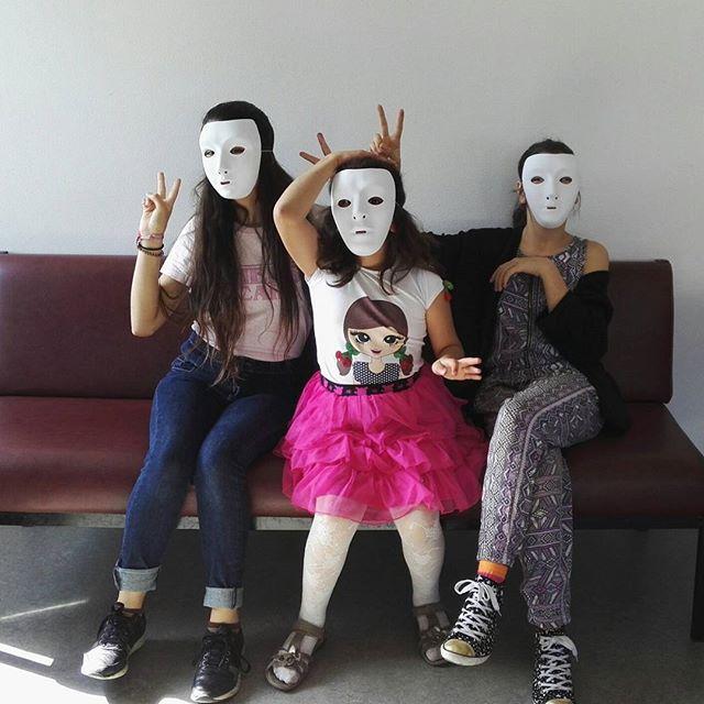 Tarinat kasvojen takana-dokumenttielokuvan kuvauksia Punavuoren vastaanottokeskuksessa. Turvapaikanhakijalapset heittäytyvät rohkeasti mukaan. Elokuva valmistuu marraskuussa 2018. #lapsiperheturvapaikanhakijanaprojekti #turvapaikanhakijat #turvapaikanhakijalapset #vastaanottokeskus #lapset #naamio #dokumentti #tarinatkasvojentakana #turvassasuomessa