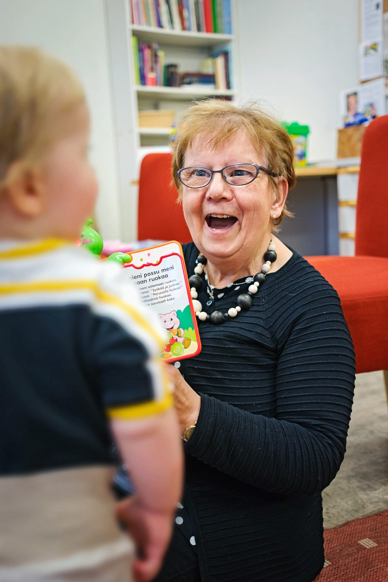 Oulussa vapaaehtoiset ihailevat päiväryhmän vauvoja.