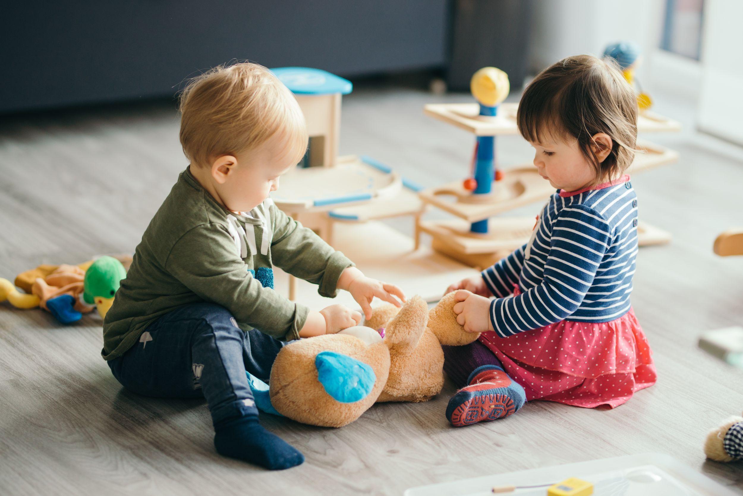 Lapsi oppii päiväryhmässä sosiaalisia taitoja - Ensi- ja turvakotien liitto